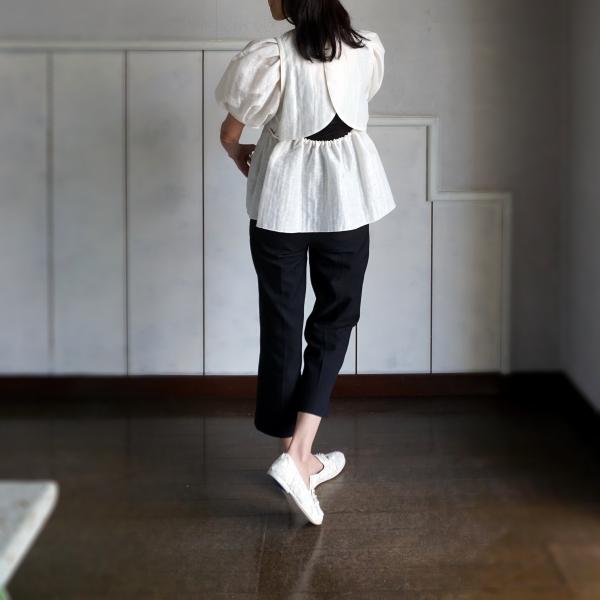 袖付け、ウエストにはパイピングを施して立体的なシルエットを構築。  優しい張り感でエアリーな軽量の着心地です。